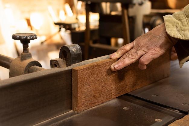 Carpinteiro cortando madeira