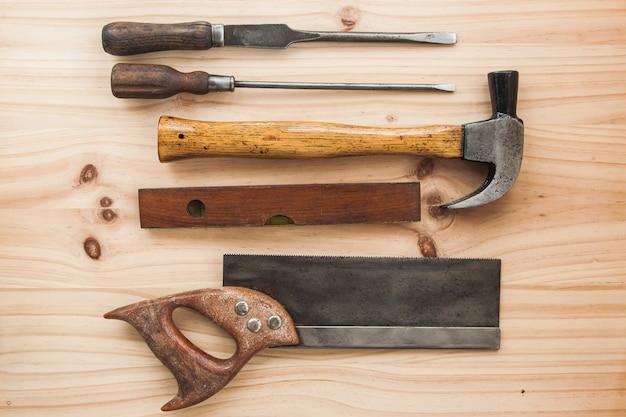 Carpinteiro de madeira vintage ferramenta na mesa de madeira