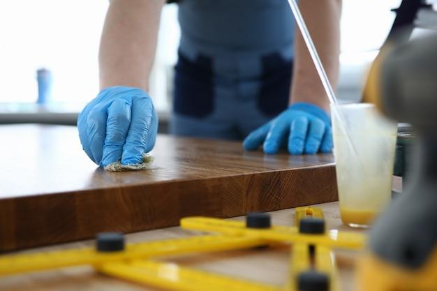 Carpinteiro em uma oficina polir uma superfície de madeira