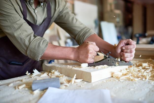 Carpinteiro escovar madeira