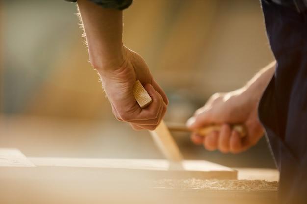 Carpinteiro, esculpindo madeira
