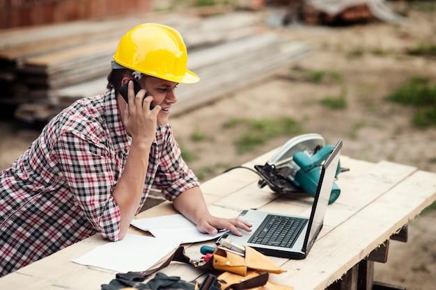 Carpinteiro falando no celular