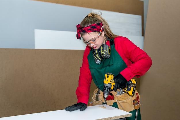 Carpinteiro fazendo furo em prancha de madeira com máquina de perfuração