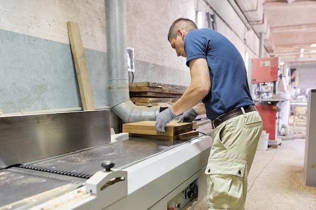 Carpinteiro fazendo móveis de design de madeira para um pedido particular
