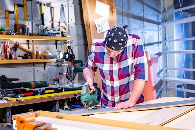 Carpinteiro fazendo seu trabalho em oficina de carpintaria