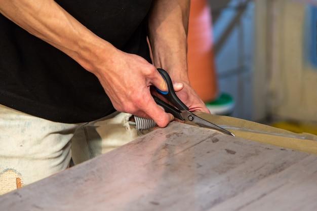 Carpinteiro, fazendo seu trabalho na oficina de carpintaria
