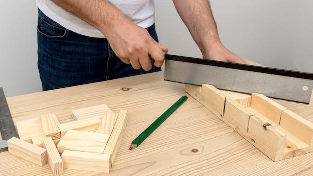 Carpinteiro fazendo um desenho em madeira