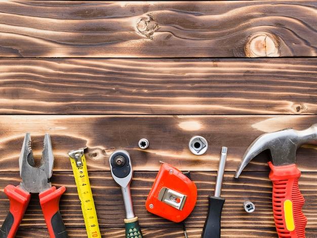 Carpinteiro implementa na mesa de madeira