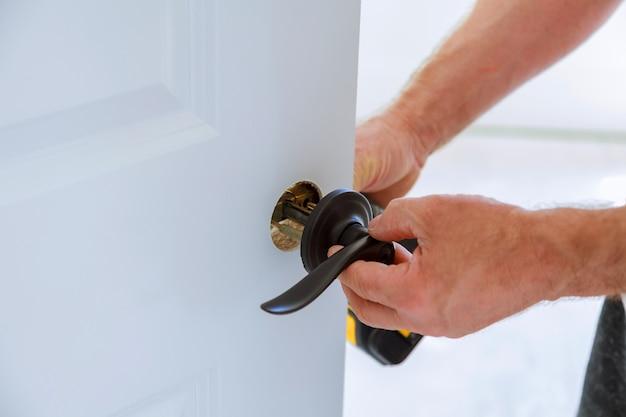Carpinteiro instalação da fechadura da porta.