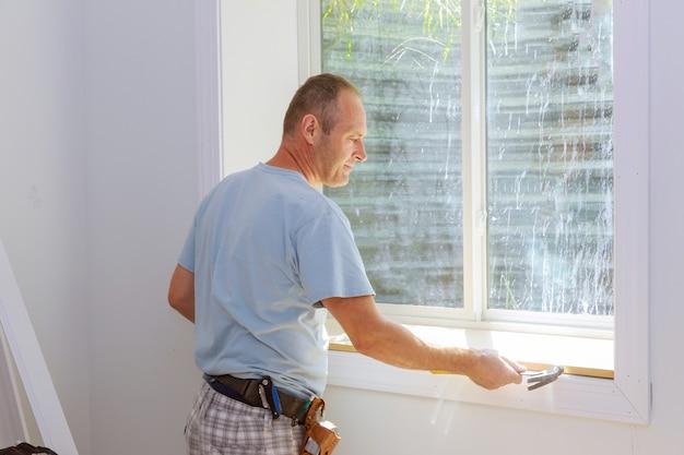 Carpinteiro instalação de molduras guarnição da janela