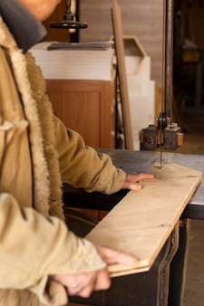 Carpinteiro lateral trabalhando em madeira