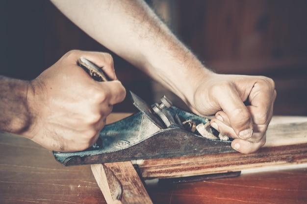 Carpinteiro masculino no trabalho