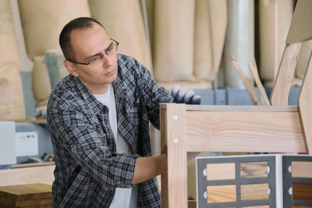 Carpinteiro masculino trabalhando em marcenaria de móveis