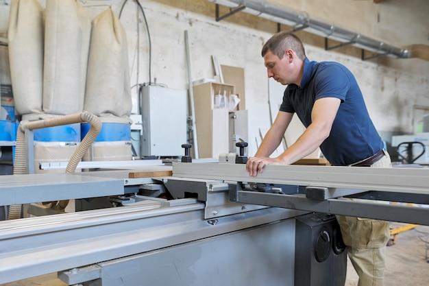 Carpinteiro masculino usando a máquina em carpintaria