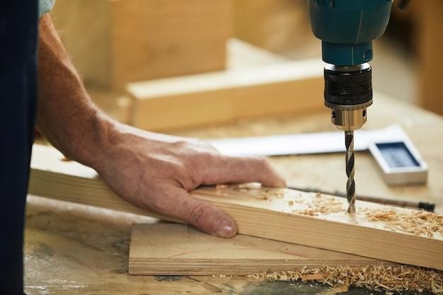 Carpinteiro perfuração madeira closeup