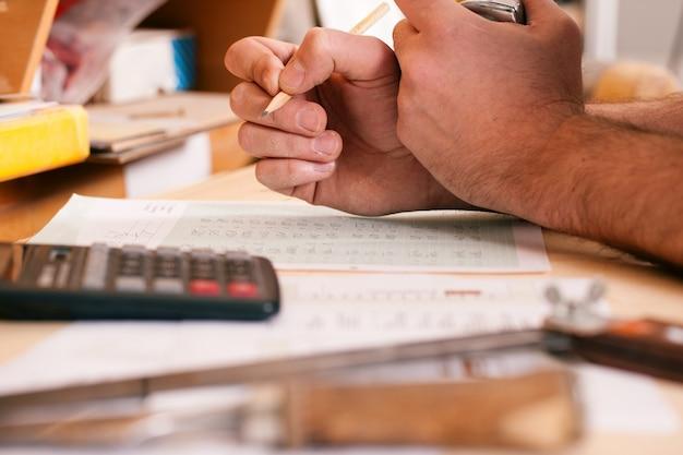 Carpinteiro planejando seu trabalho