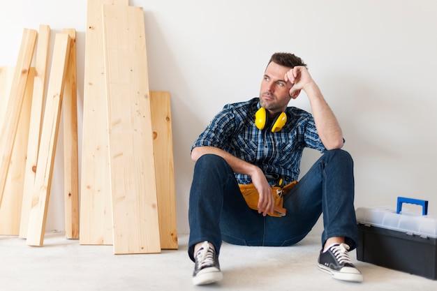 Carpinteiro relaxando depois do trabalho