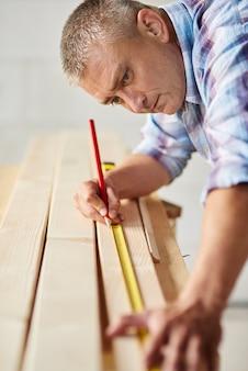Carpinteiro sênior tomou as medidas certas