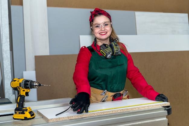 Carpinteiro sorridente medindo prancha de madeira por metro