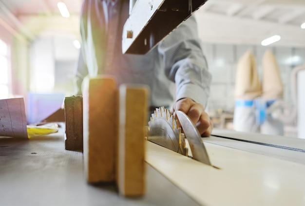 Carpinteiro trabalha com madeira na oficina de carpintaria