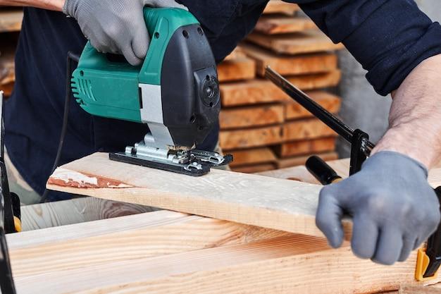 Carpinteiro trabalhando com avião na parede de madeira