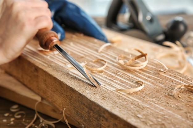 Carpinteiro trabalhando com cinzel, closeup