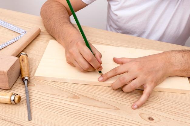 Carpinteiro trabalhando com madeira em sua oficina