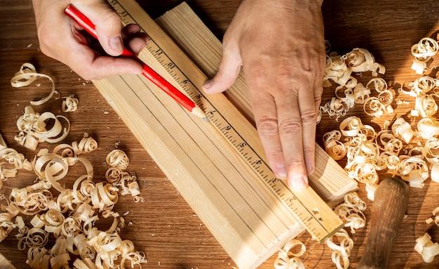 Carpinteiro trabalhando com régua e lápis