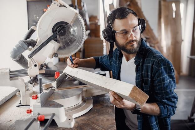 Carpinteiro trabalhando com serra circular