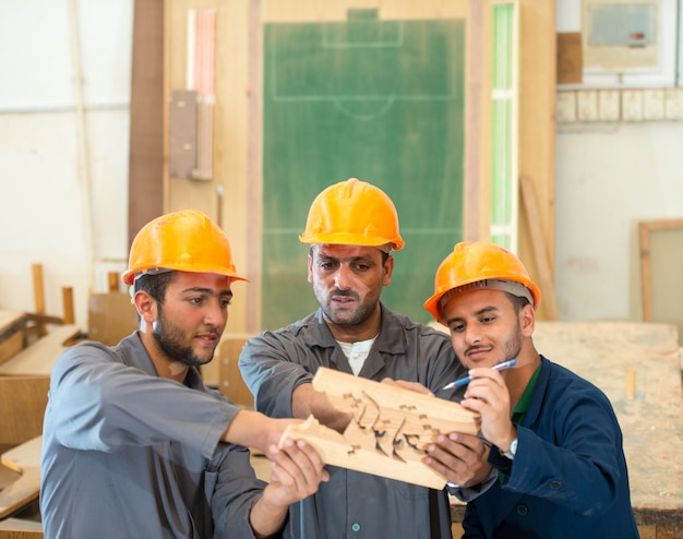 Carpinteiro trabalhando em madeira