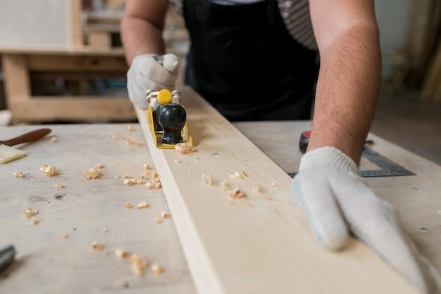 Carpinteiro trabalhando em oficina de marcenaria