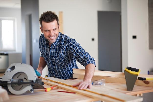 Carpinteiro trabalhando em uma casa