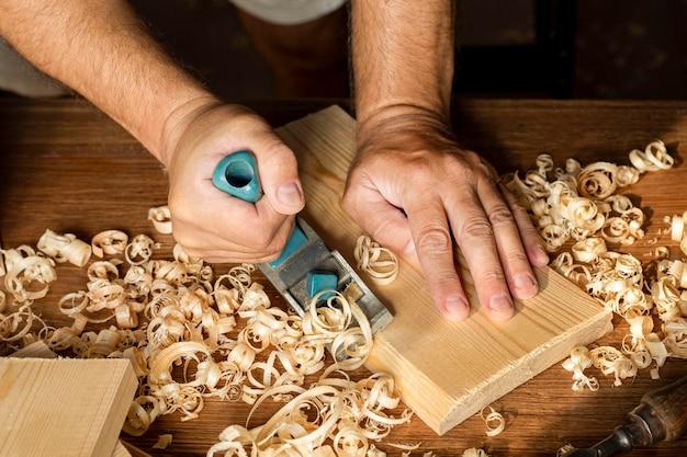 Carpinteiro trabalhando em visão elevada