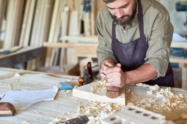 Carpinteiro trabalhando na loja de madeira tradicional