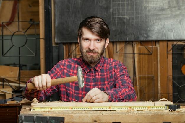 Carpinteiro trabalhando na oficina