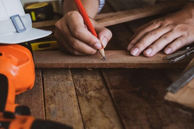 Carpinteiro trabalhando, no fundo de construção