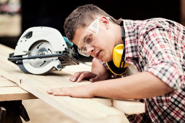 Carpinteiro trabalhando