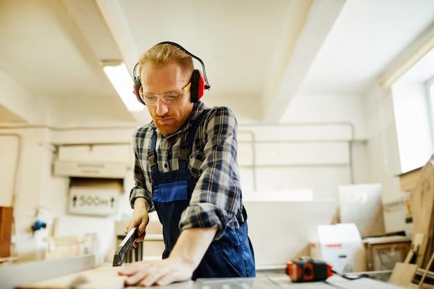 Carpinteiro, usando a máquina de corte