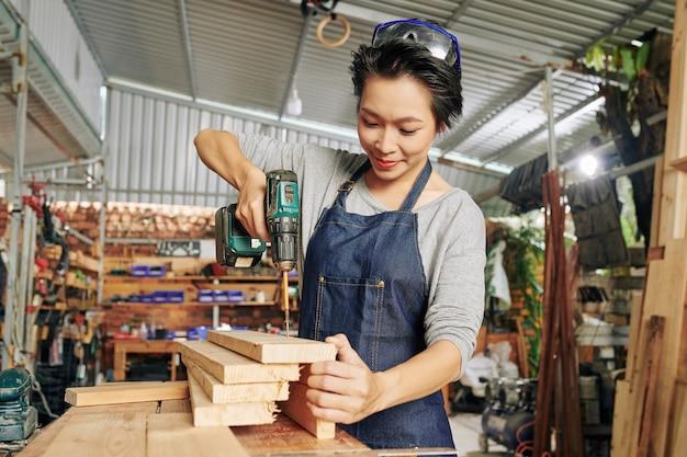 Carpinteiro usando chave de fenda elétrica