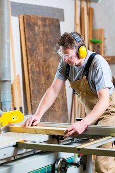 Carpinteiro, usando, elétrico, serra, em, carpintaria