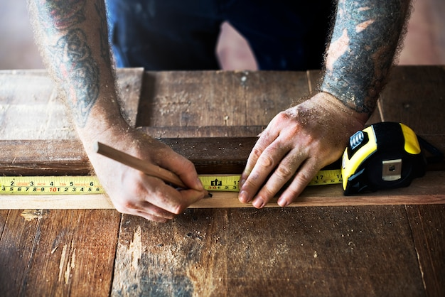 Carpinteiro, usando, lápis, e, medida fita, ligado, madeira
