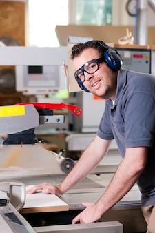 Carpinteiro usando serra elétrica