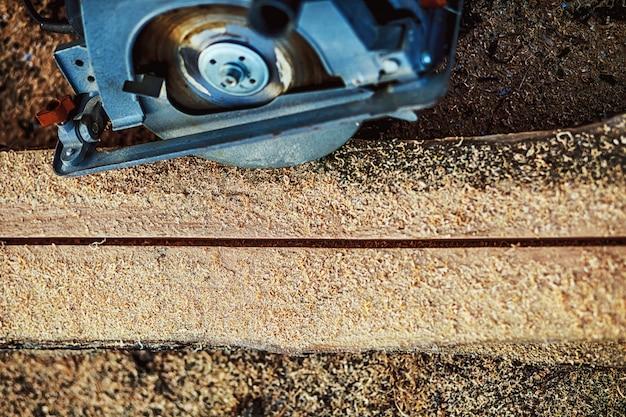 Carpinteiro using circular saw para madeira. fechar-se