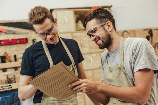 Carpinteiros alegres que lêem especificações