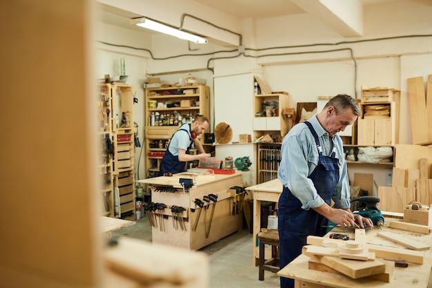 Carpinteiros em oficina
