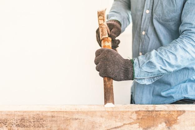 Carpinteiros experientes usam talhadeira antes da instalação