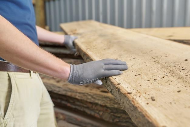 Carpinteiros, mãos, com, madeira prancha, em, carpintaria, madeira, oficina