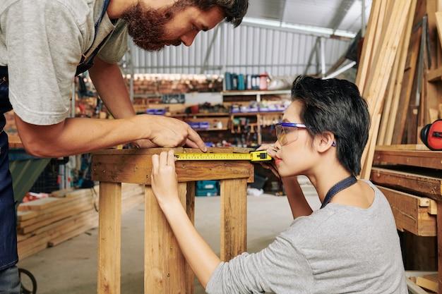 Carpinteiros medindo banquinho