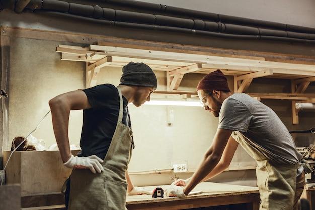 Carpinteiros profissionais fazendo rascunho