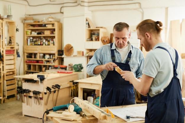 Carpinteiros trabalhando no projeto